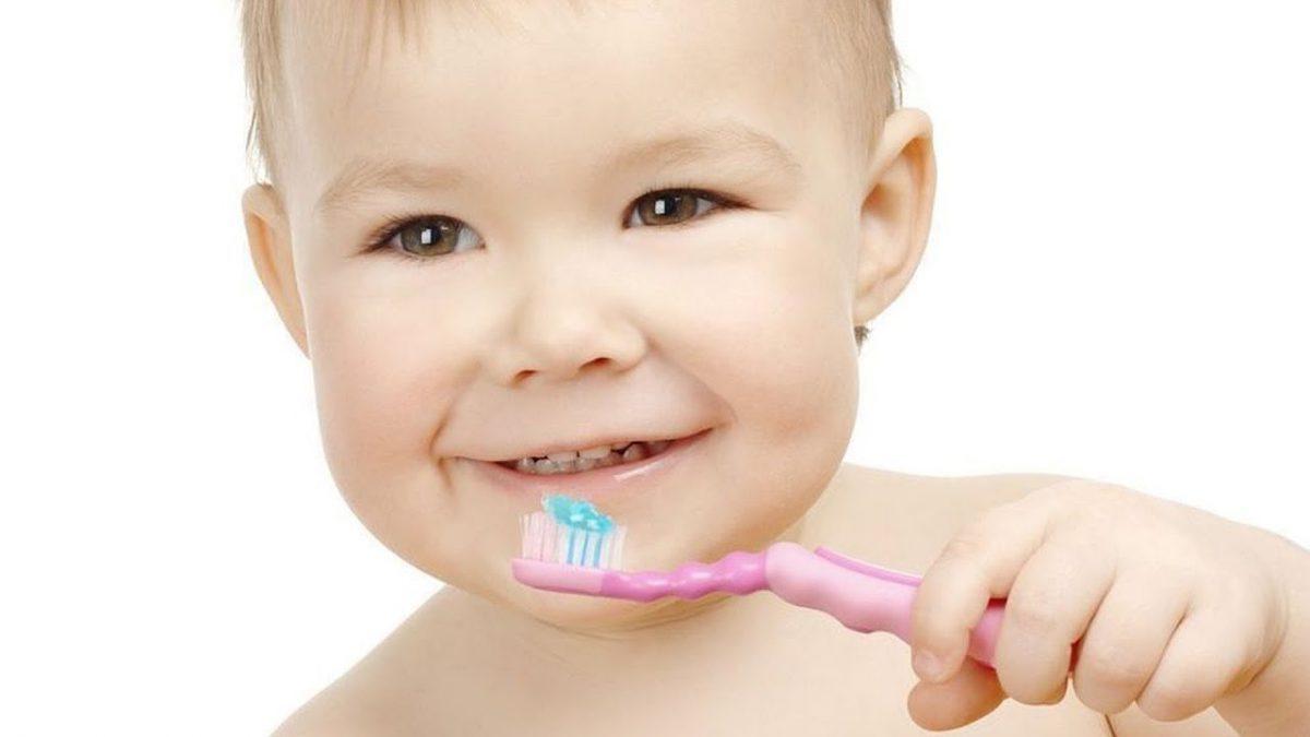 чистит зубы