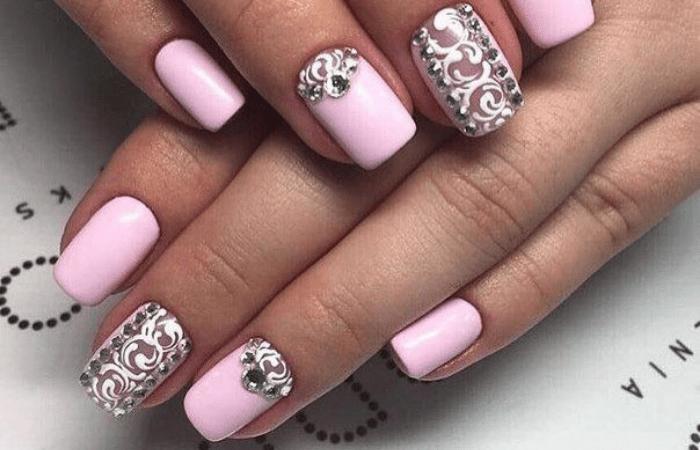 стразы на ногтях расположение
